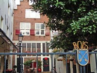 On the yard of Rozengracht 104, you will find the stone tablet 'Het Huis T Almelo'.